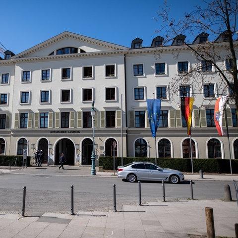 Eingang zum Hessischen Landtag am Schloßplatz in Wiesbaden.
