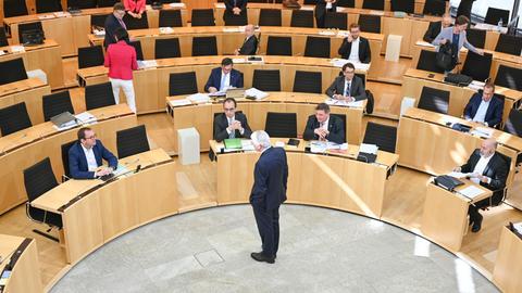 Plenardebatte mit Sicherheitsabstand: Ministerpräsident Bouffier (CDU, stehend) am Dienstag im Gespräch mit Abgeordneten.