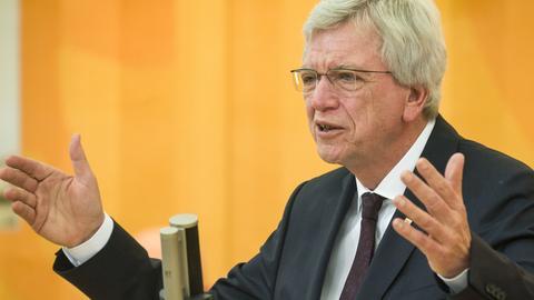 Bouffier am Rednerpult im Landtag