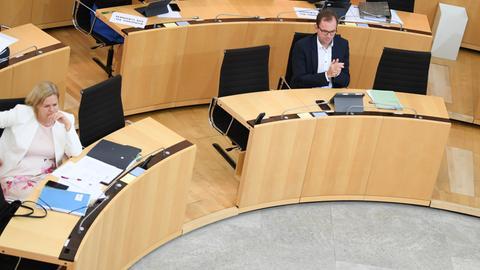 Die Fraktionsvorsitzenden Faeser (SPD, v.l.) Wagner (Grüne) und Claus am Donnerstag im Landtag.