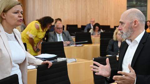Nur äußerlich auf Abstand: Die Fraktionschefs Nancy Faeser (SPD) und René Rock (FDP) sind vereint in der Kritik am Corona-Sondervermögen