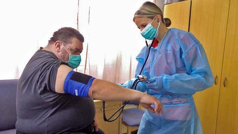 Jahrelang ohne Krankenschein: Willi Pfaff beim Blutdruckmessen