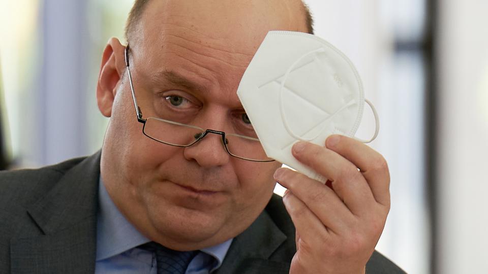 AfD-Chef Lambrou zeigt Maske im Landtag - und zieht sie dann auch auf