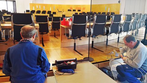 Handwerker im Sitzungssaal des Landtags in Wiesbaden