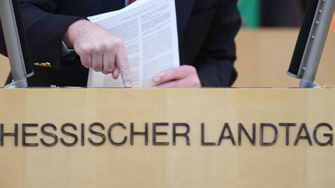 Ein Redner klopft mit dem Finger aufs Pult im Landtag