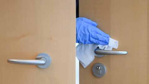 Die Tür zum Plenarsaal des Landtags wird desinfiziert.