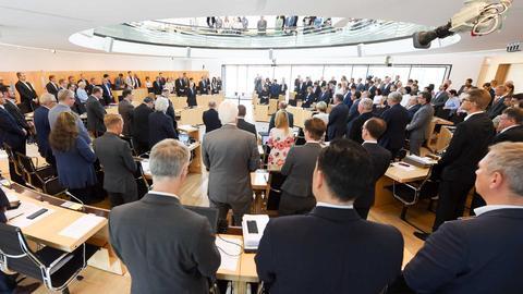 Schweigeminute im Landtag - hier für den ermordeten Kasseler Regierungspräsidenten Walter Lübcke im Juni