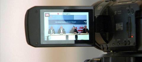 Die Innenexperten von SPD, FDP und Linksfraktion im Landtag - durchs Display einer Kamera gesehen.