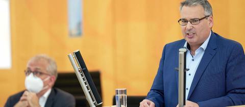 Der AfD-Abgeordnete Volker Richter spricht im Landtag am Rednerpult.