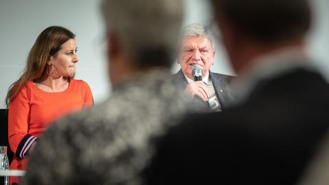 Eis nicht zu brechen? Linken-Fraktionschefin Janine Wissler und Ministerpräsident Volker Bouffier (CDU) bei einer Podiumsdiskussion im Wahlkampf