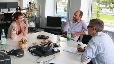 Sabine Leidig (l.) im Gespräch mit Wolfgang Jeck und Frank van Bebber