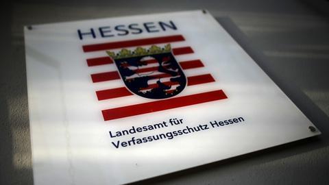 Ein Schild am hessischen Landesamt für Verfassungsschutz in Wiesbaden
