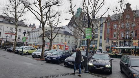 Autos parken auf dem Limburger Neumarkt