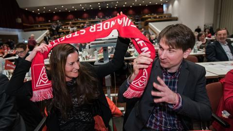 Janine Wissler und Jan Schalauske auf dem Linken-Parteitag mit einem IG-Metall-Schal.