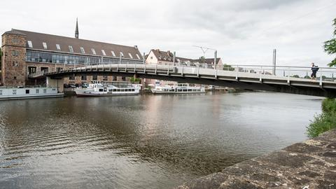 Die Walter-Lübcke-Brücke in Kassel, eine Fußgängerbrücke über die Fulda
