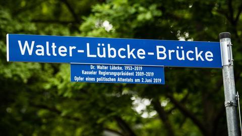 Schild der Walter-Lübcke-Brücke in Kassel