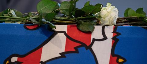 Eine weiße Rose liegt bei dem Trauergottesdienst auf dem Sarg des ermordeteten Regierungspräsidenten Walter Lübcke.