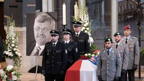 In der Kirche bei der Trauerfeier von Walter Lübcke, zu sehen sind der Sarg und das Portrait des Ermordeten.