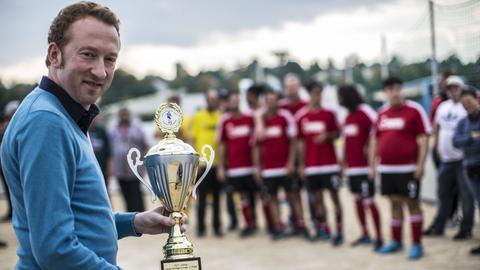 Archivbild: Christoph Manjura (SPD) beim Lilien-Kickerturnier 2017 mit dem Siegerpokal für die Nürnberger Mannschaft