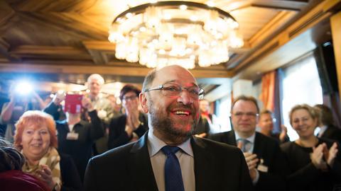 Martin Schulz im Kreis von Parteigenossen beim SPD-Hessengipfel