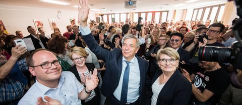 Gert-Uwe Mende lässt sich von seinen Parteikollegen feiern.