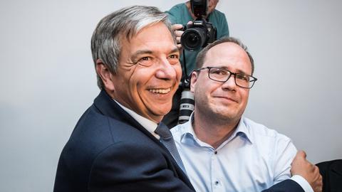 Wiesbadener OB Gert-Uwe Mende (SPD, l) und Dennis Volk-Borowski, Parteivorsitzender SPD Wiesbaden