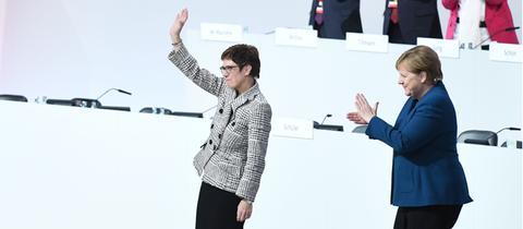 Neue und alte CDU-Vorsitzende: Kramp-Karrenbauer und Merkel am Freitag in Hamburg (v.l.)