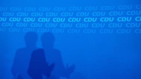 Schattenspiel: Angela Merkel bei der Pressekonferenz am Tag nach der hessischen Landtagswahl