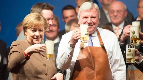 Bundeskanzlerin Angela Merkel und Ministerpräsident Volker Bouffier (beide CDU) beim Politischen Aschermittwoch der CDU Volksmarsen.