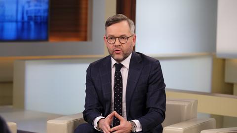 Michael Roth als Gast in einer Talkshow.