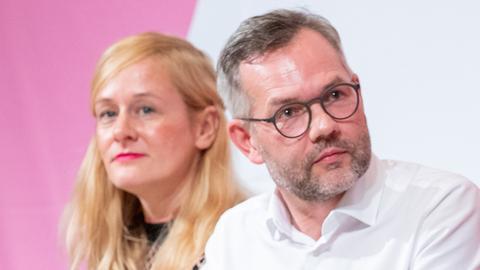 Kandidat Michael Roth bei einer der SPD-Regionalkonferenz mit Teampartnerin Christina Kampmann und Konkurrent Olaf Scholz