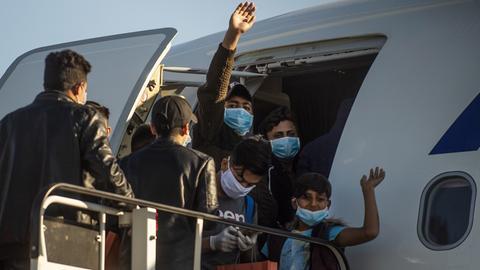 18.04.2020, Griechenland, Athen: Minderjährige Flüchtlinge von griechischen Inseln steigen am Athener Flughafen in ein Flugzeug, das sie nach Hannover bringen soll. Die 49 unbegleiteten Minderjährigen mit einem Durchschnittsalter von 13 Jahren stammen mehrheitlich aus Afghanistan und Syrien. Sechs von ihnen kamen nach Hessen.