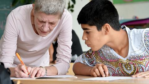 Lehrerin in Intensivklasse mit Flüchtlingsjunge