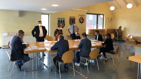 Auszählung der Wahlzettel in Nieste.