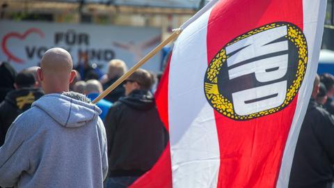 Demonstranten mit einer NPD-Fahne