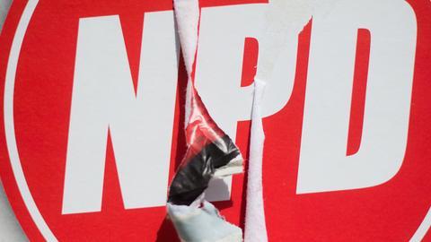 Ein beschädigtes NPD-Plakat.