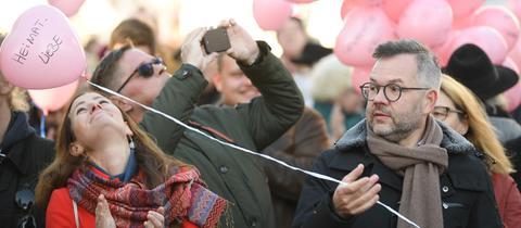 Janine Wissler, Fraktionsvorsitzender der Partei Die Linke in Hessen, und Michael Roth (SPD), Staatsminister für Europa im Auswärtigen Amt, nehmen an einer Kundgebung gegen die NPD teil.