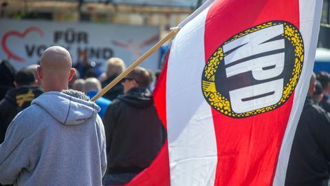 Demonstrant mit NPD-Fahne