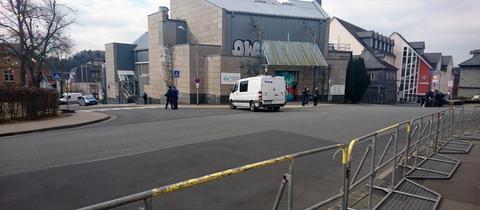 Die Polizei hat die Stadthalle Wetzlar abgeriegelt.