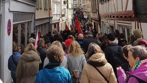 Demonstranten protestieren in der Wetzlarer Altstadt gegen die NPD.