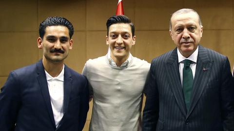 Der Stein des Anstoßes für Holzhauer: Gündogan (li.) und Özil (Mitte) posieren mit Erdogan.