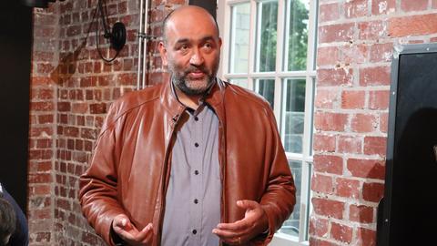 Omid Nouripour steht und gestikuliert.