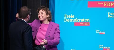 Europawahl-Spitzenkandidatin Nicola Beer umarmt Landeschef Stefan Ruppert