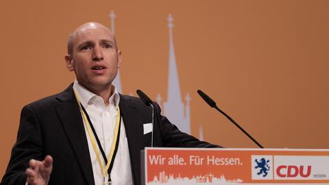 Manfred Pentz steht an einem Rednerpult