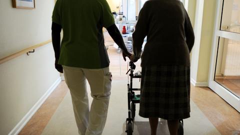 Bewohnerin und Pflegehelferin in einem Seniorenzentrum.
