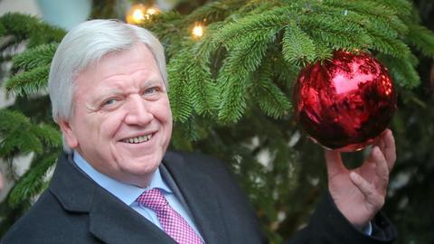 Ministerpräsident Volker Bouffier steht vor einem Weihnachtsbaum