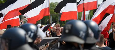 Polizeieinheiten schirmen die Teilnehmer einer rechtsextremen Demonstration in Kassel ab.