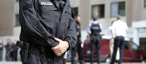 Ein Polizist sichert den Zugang einer Asylbewerber-Unterkunft in Wiesbaden.