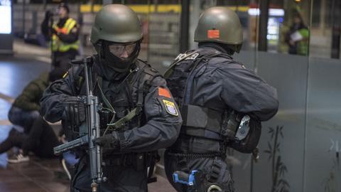 Polizisten mit Sturmgewehr
