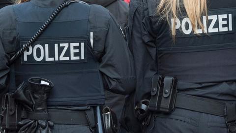 Zwei hessische Polizistinnen von hinten